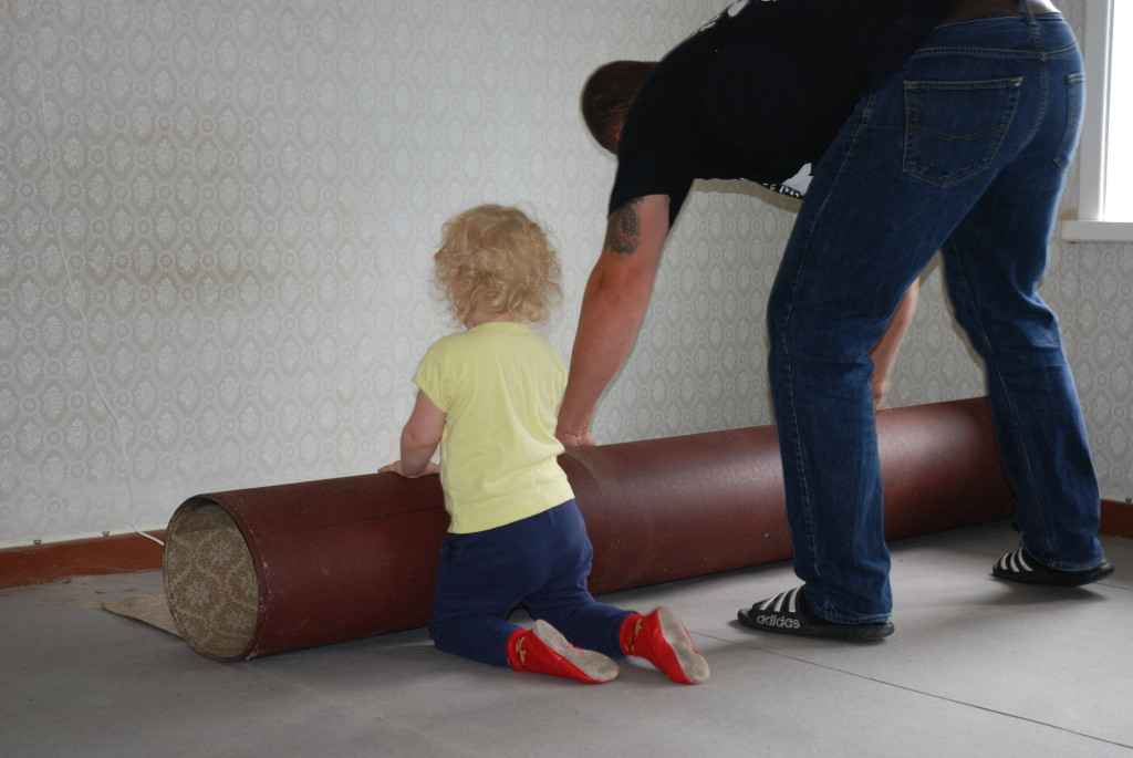 Far og datter hjelper hverandre