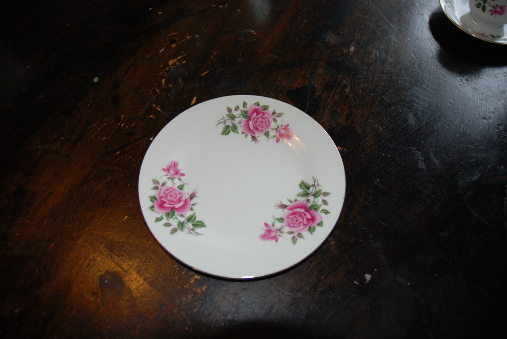 Vakre roser på asjettene hos Plankefrue