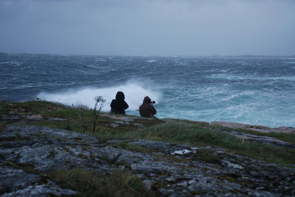 turistene tar bilde av hustadvika i storm
