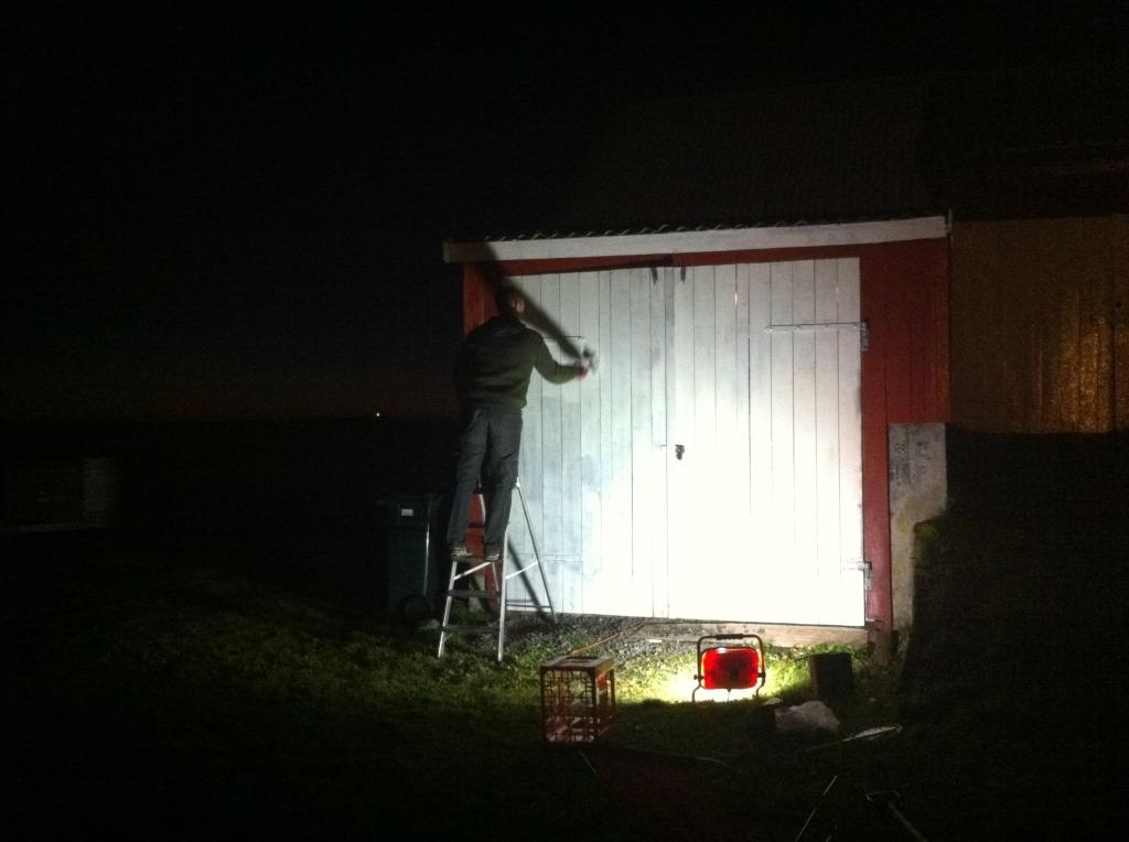 låvedørene til plankefrue blir malt