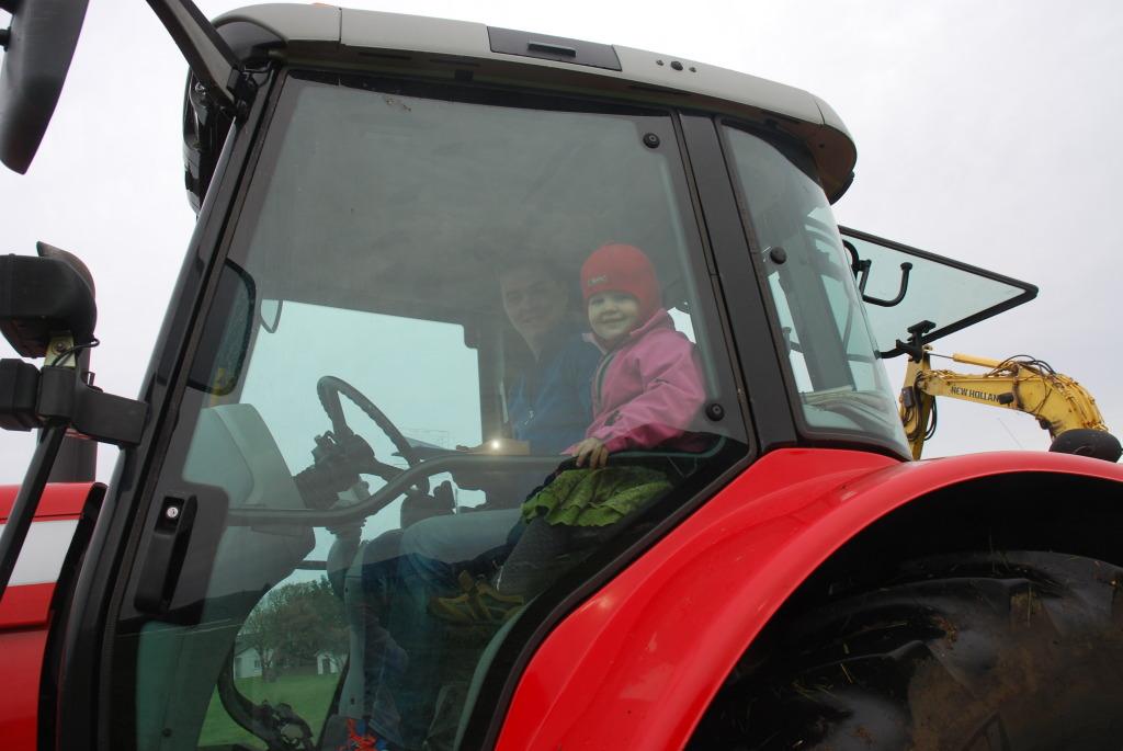 Plankefrues datter elsker traktor