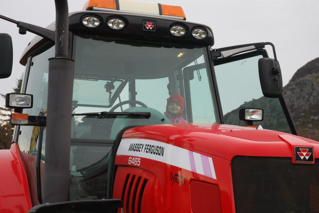 Passer på traktoren