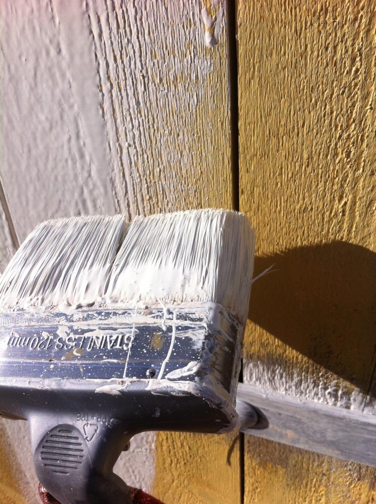 Låvedøra til Plankefrue blir malt