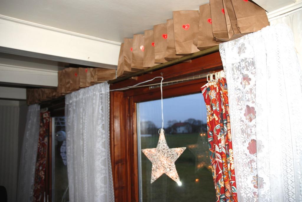 Pakkekalender på gardinstanga