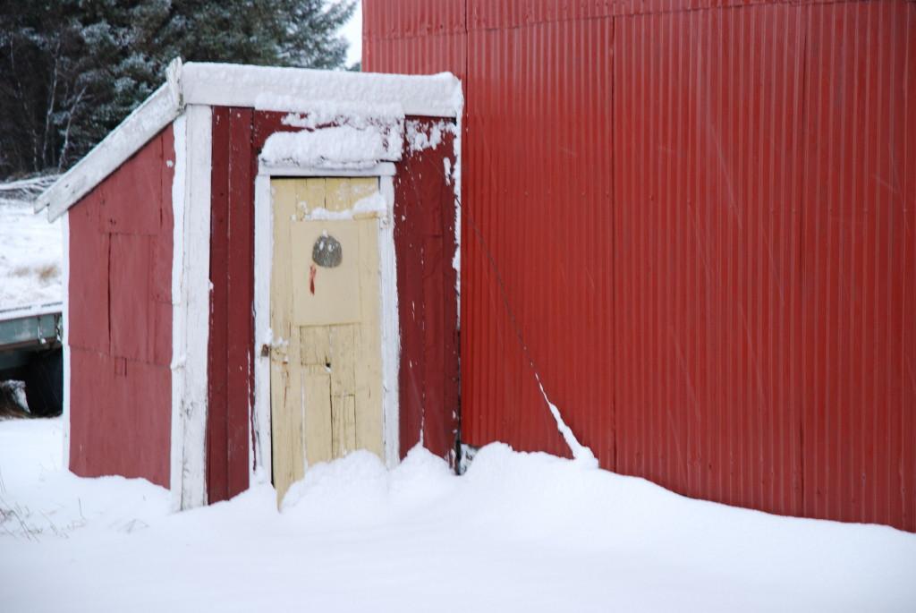 Snø på utedoen